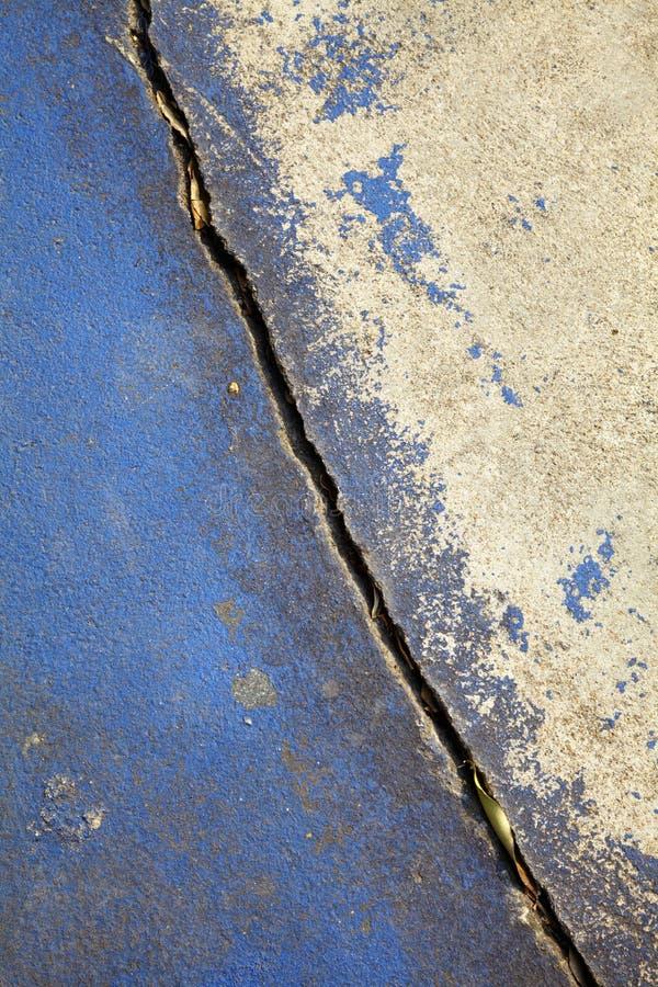 Закройте вверх по сломленной голубой дороге стоковые изображения rf