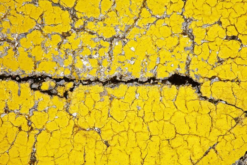 Закройте вверх по сломленному желтому полу стоковое изображение