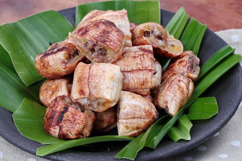 Закройте вверх по тайскому зажаренному в духовке банану с сладостным соусом стоковая фотография