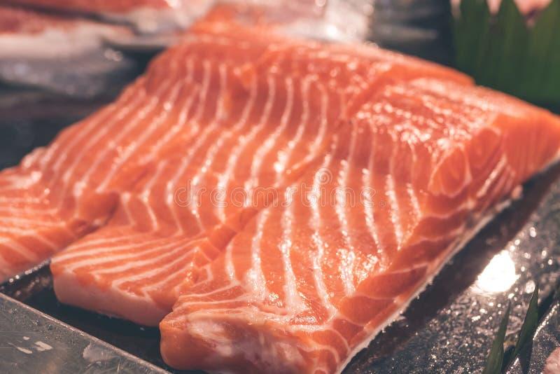 Закройте вверх по текстуре мяса сырцового salmon филе Сырцовые salmon атлантические рыбы на местном продовольственном рынке на ос стоковые изображения