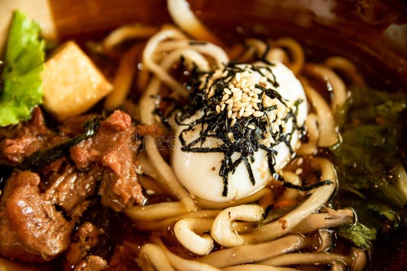 Закройте вверх по традиционному меню, лапшам Кореи с супом свинины, белому отбензиниванию сезама и яичку, очень вкусной еде стоковая фотография