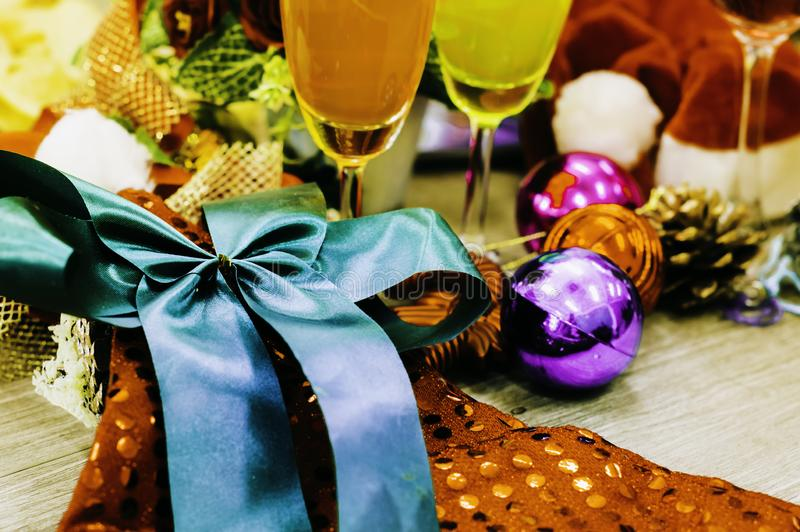 Закройте вверх по украшениям рождества, стеклам, пить и подарочные коробки, кладут дальше деревянный стол красиво и время релакса стоковое фото
