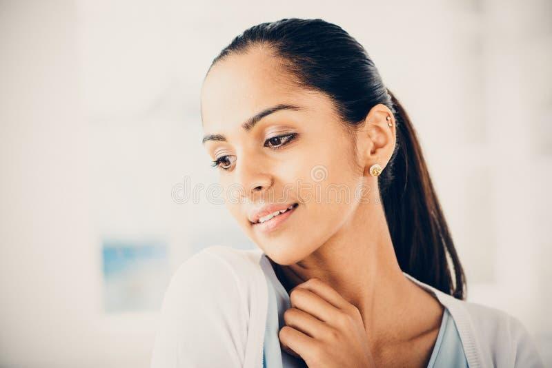 Закройте вверх по усмехаться женщины портрета красивый индийский стоковая фотография