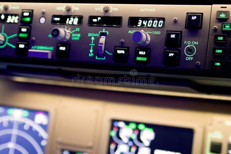 Закройте вверх по фотографии автопилота Боинга 777 стоковое фото rf