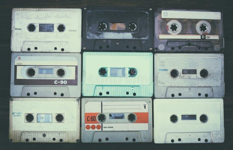 Закройте вверх по фото кассеты над деревянным столом Взгляд сверху Фильтрованное ретро стоковые фотографии rf