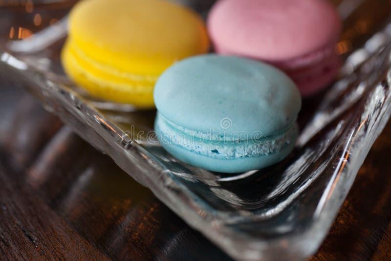 Закройте вверх по 3 цвету Macaron на деревянной таблице стоковая фотография rf