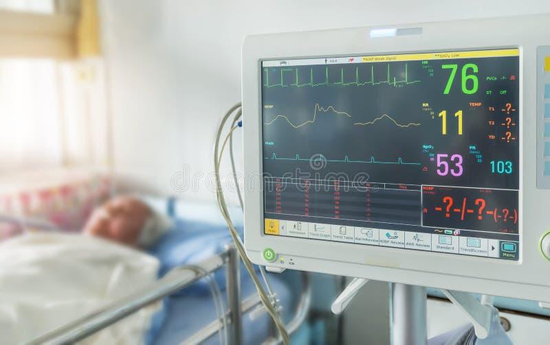 Закройте вверх по цифровому прибору для измерять монитор кровяного давления с пожилым терпеливым сном на кровати в больнице стоковые изображения rf