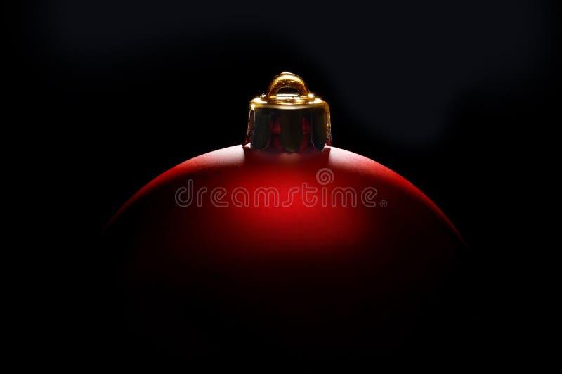 Закройте вверх по шарику рождества против черной предпосылки стоковые изображения