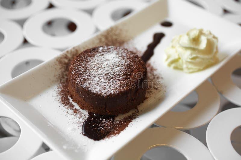 Download Закройте вверх по шоколадному торту и сливк Стоковое Фото - изображение насчитывающей варить, темно: 41655306