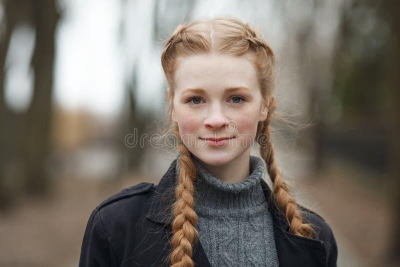 Закройте вверх по эмоциональному портрету счастливой красивой женщины при волосы оплеток красного цвета и естественный состав нос стоковые фотографии rf
