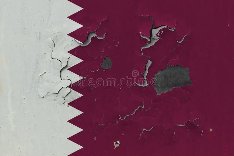 Закройте вверх по grungy, поврежденному и выдержанному флагу Катара на стене слезая с краски для того чтобы увидеть внутри поверх иллюстрация вектора
