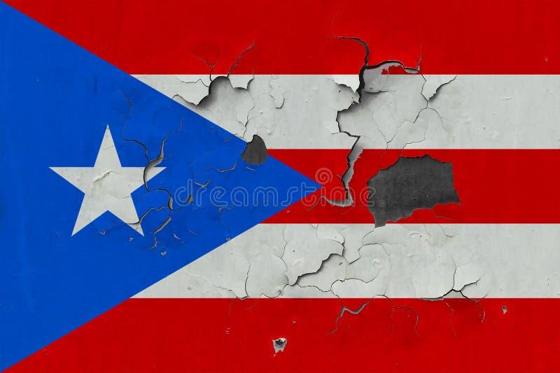 Закройте вверх по grungy, поврежденному и выдержанному флагу Пуэрто-Рико на стене слезая с краски для того чтобы увидеть внутри п иллюстрация штока