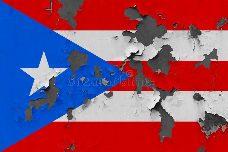 Закройте вверх по grungy, поврежденному и выдержанному флагу Пуэрто-Рико на стене слезая с краски для того чтобы увидеть внутри п бесплатная иллюстрация