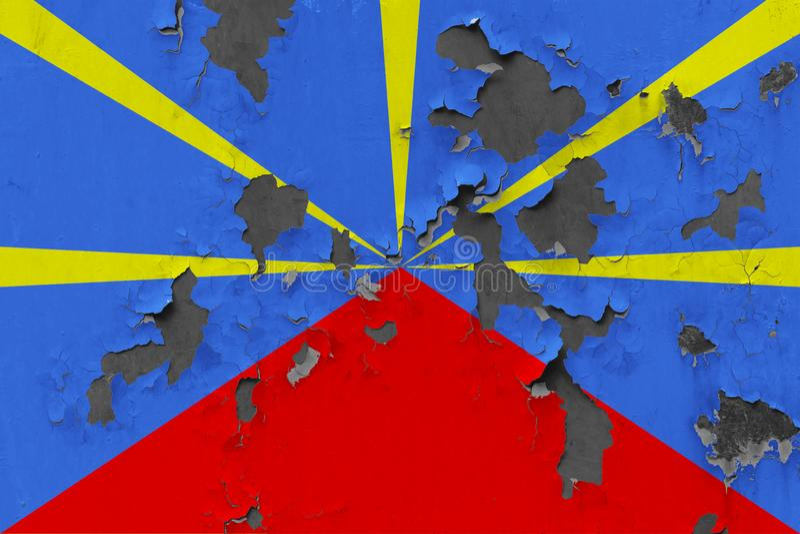 Закройте вверх по grungy, поврежденному и выдержанному флагу Реюньона на стене слезая с краски для того чтобы увидеть внутри пове иллюстрация вектора