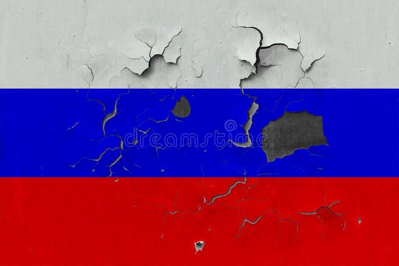 Закройте вверх по grungy, поврежденному и выдержанному флагу России на стене слезая с краски для того чтобы увидеть внутри поверх иллюстрация вектора