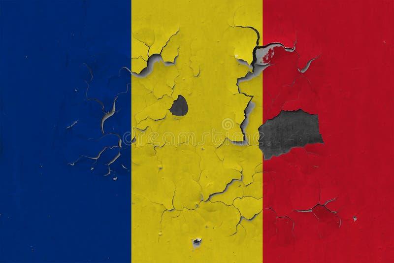 Закройте вверх по grungy, поврежденному и выдержанному флагу Румынии на стене слезая с краски для того чтобы увидеть внутри повер бесплатная иллюстрация