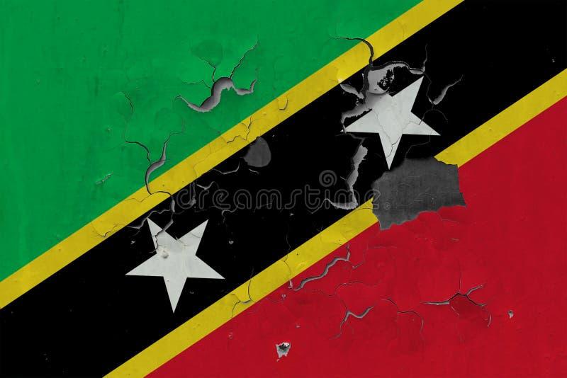 Закройте вверх по grungy, поврежденному и выдержанному флагу Сент-Китс и Невися на стене слезая с краски для того чтобы увидеть в бесплатная иллюстрация