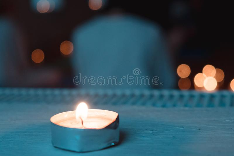 Закройте вверх по lteal и оранжевой съемке меньшей свечи украшая класс раздумья стоковая фотография rf