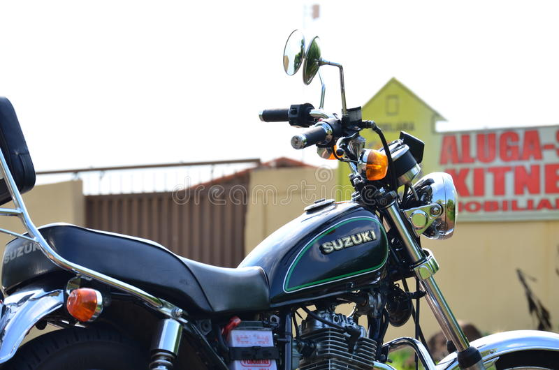 Закройте вверх правильной позиции черного изготовленного на заказ мотоцикла стоковая фотография
