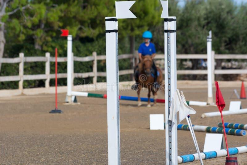Закройте вверх препятствий на человеке нерезкости ехать лошадь в ехать Sch стоковые изображения rf