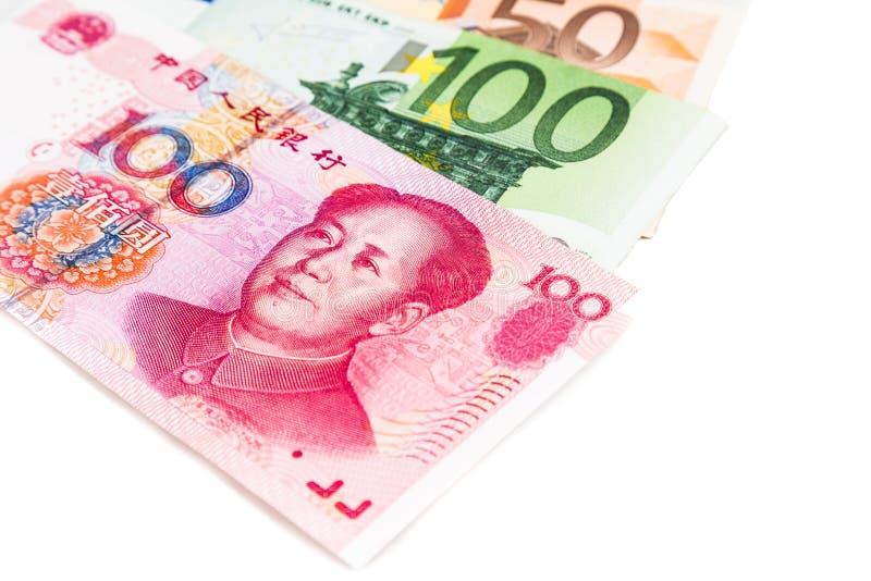 Закройте вверх примечания Renminbi юаней Китая против ЕВРО стоковые фото