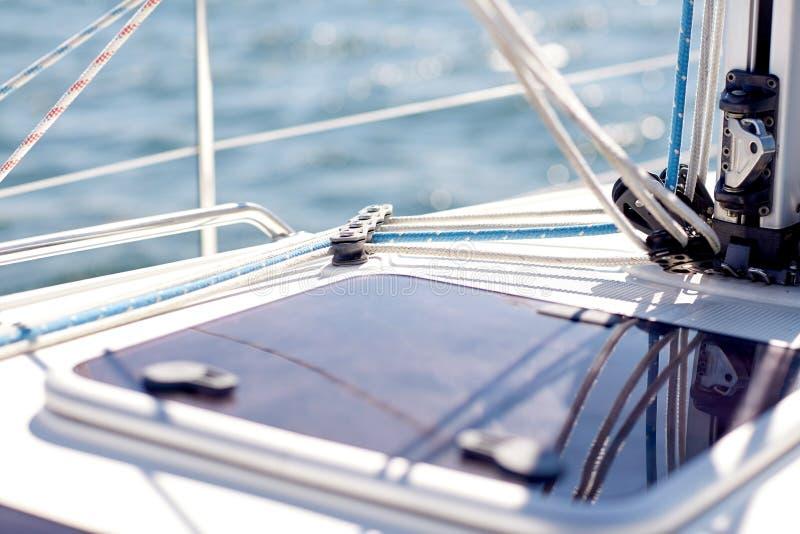 Закройте вверх плавания люка парусника или яхты в море стоковое фото rf