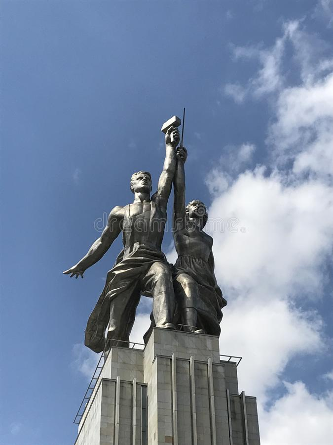 """Закройте вверх работник памятника """"и Kolkhoz женщина стоковые изображения rf"""