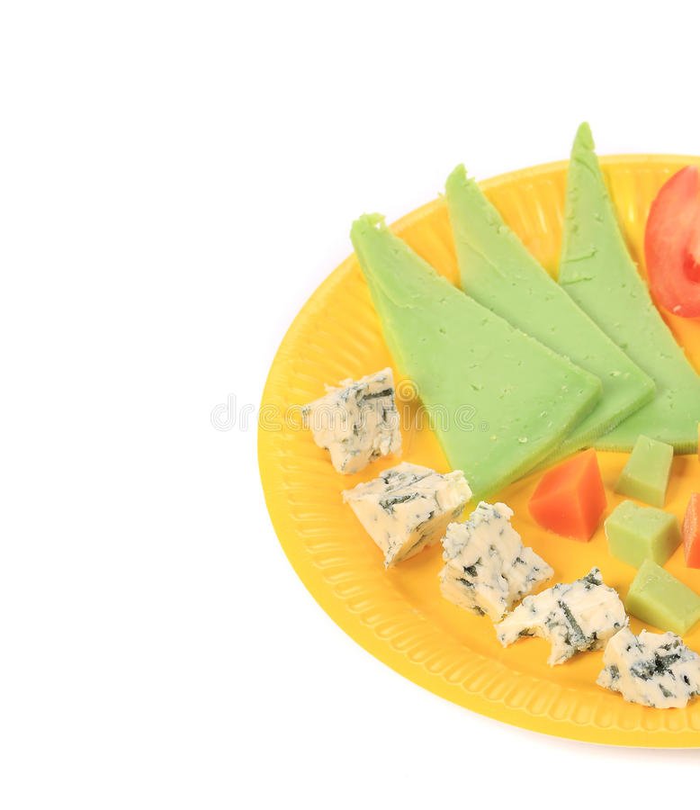 Закройте вверх различного сыра на желтой плите стоковое фото