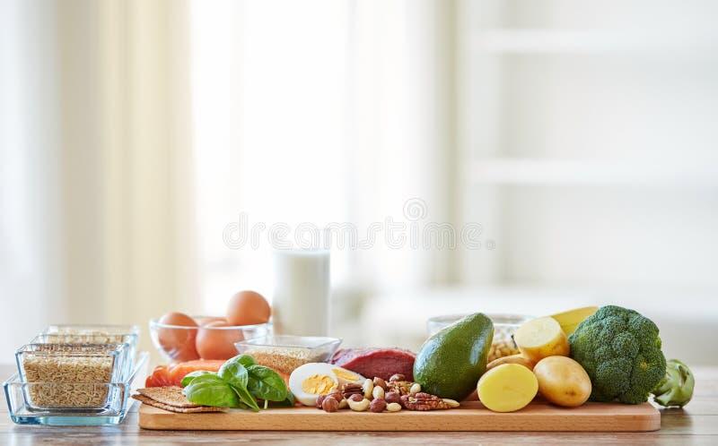 Закройте вверх различных продуктов питания на таблице стоковая фотография