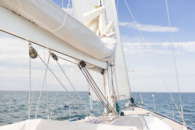 Закройте вверх рангоута парусника или плавать плавание на море стоковые фото