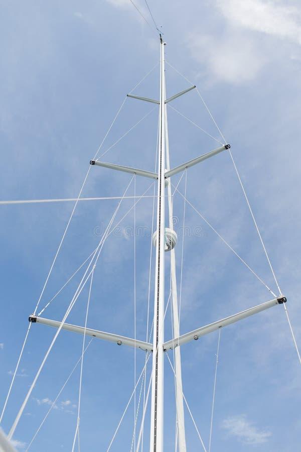 Закройте вверх рангоута парусника над голубым небом стоковое изображение rf