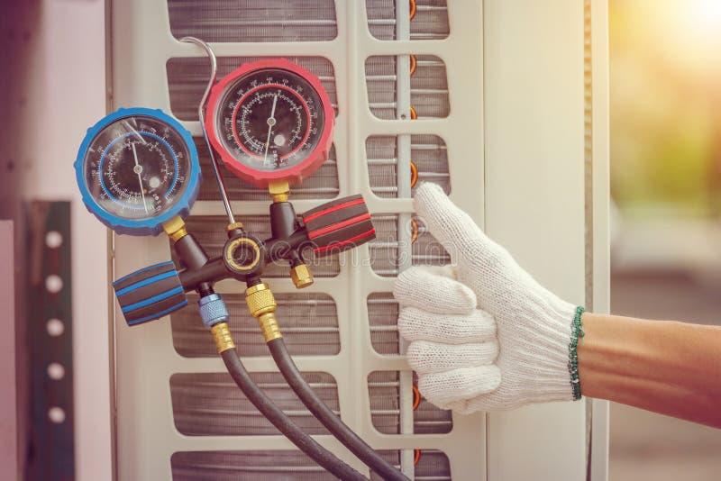 Закройте вверх ремонта кондиционера, ремонтника на fixi пола стоковая фотография rf
