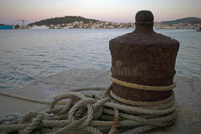 Закройте вверх ржавого зачаливания шлюпки с веревочками в оболочке вокруг стоковая фотография