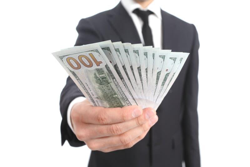 Закройте вверх руки бизнесмена держа деньги стоковое фото