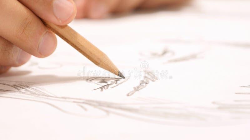 Закройте вверх руки с эскизом чертежа карандаша на бумаге стоковое фото rf