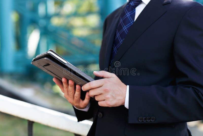 Закройте вверх рук бизнесмена с ПК таблетки стоковые изображения rf