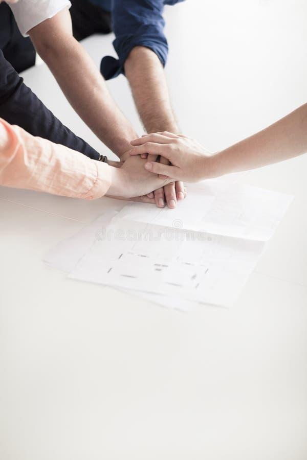 Закройте вверх рук бизнесменов na górze одина другого в партнерстве стоковые изображения rf