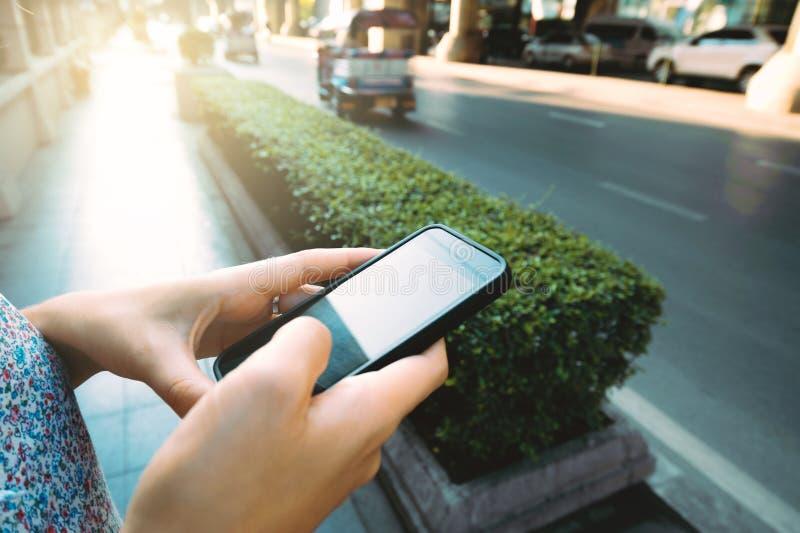Закройте вверх рук девушки hoding современный умный телефон стоковое фото rf