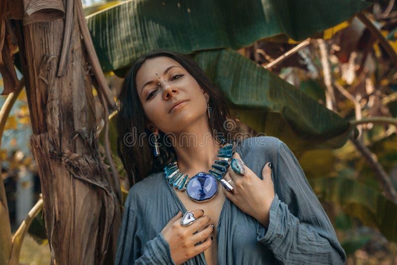 Закройте вверх рук женщины с кольцами камней самоцвета boho стоковая фотография rf