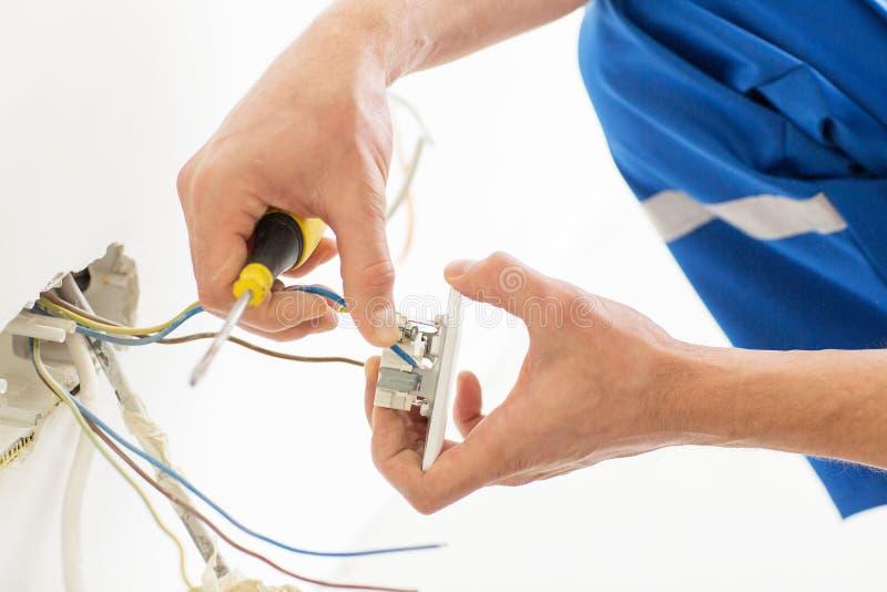Закройте вверх рук с гнездом отладки отвертки стоковое изображение rf