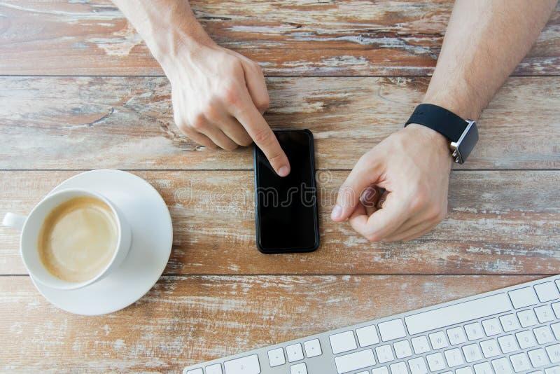 Закройте вверх рук с умными телефоном и вахтой стоковые изображения rf