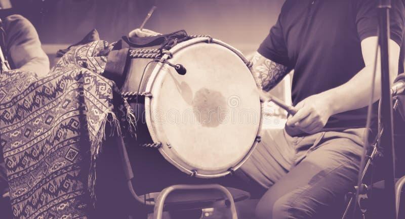 Закройте вверх рук человека играя барабанчик стоковая фотография rf