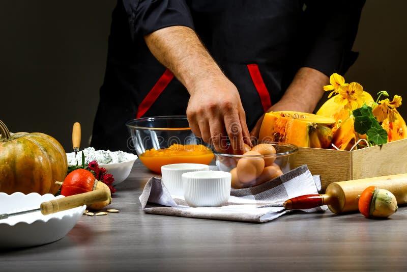 Закройте вверх рук шеф-повара подготавливая американский пирог тыквы Концепция американского варя рецепта стоковые фото