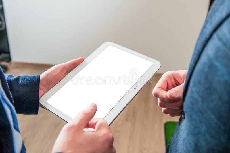 Закройте вверх рук ` s человека работая с цифровой таблеткой на деловой встрече для работая концепции, селективного фокуса стоковые фото