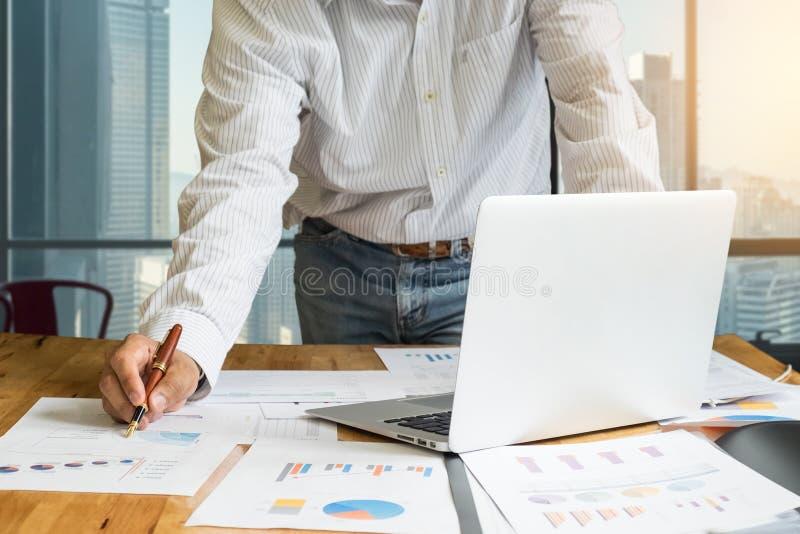 закройте вверх ручки удерживания руки бизнесмена для работы на компьтер-книжке стоковая фотография rf