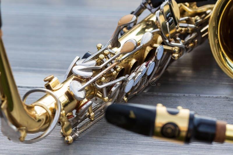 Закройте вверх саксофона альта отдыхая на миг во время вечера r стоковое фото