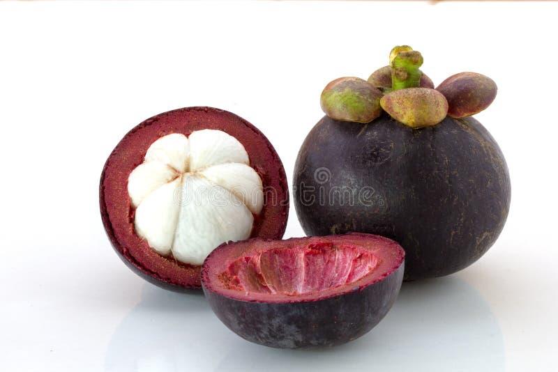 Закройте вверх свежего плода мангустана и мангустана половины изолированных на белой предпосылке стоковые фото