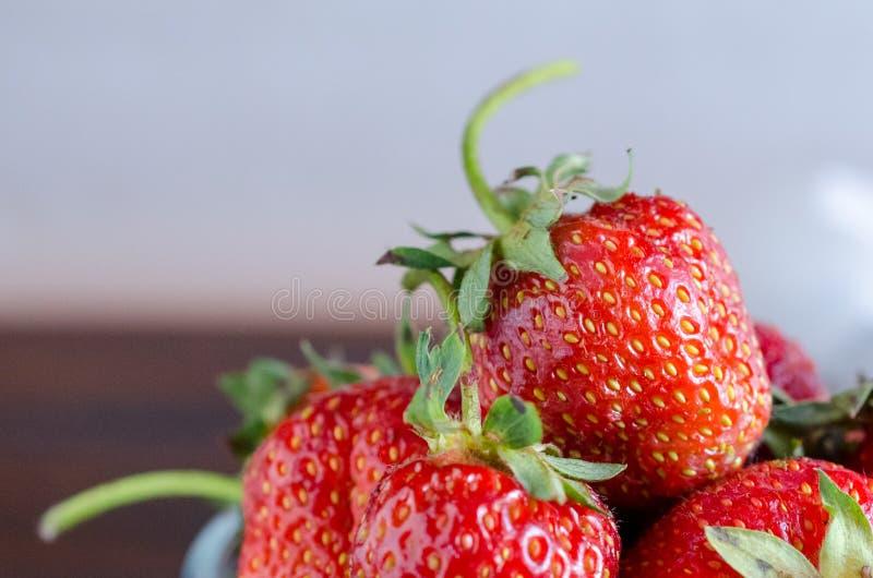 Закройте вверх свежих сладких strawberrys в стекле стоковые изображения rf
