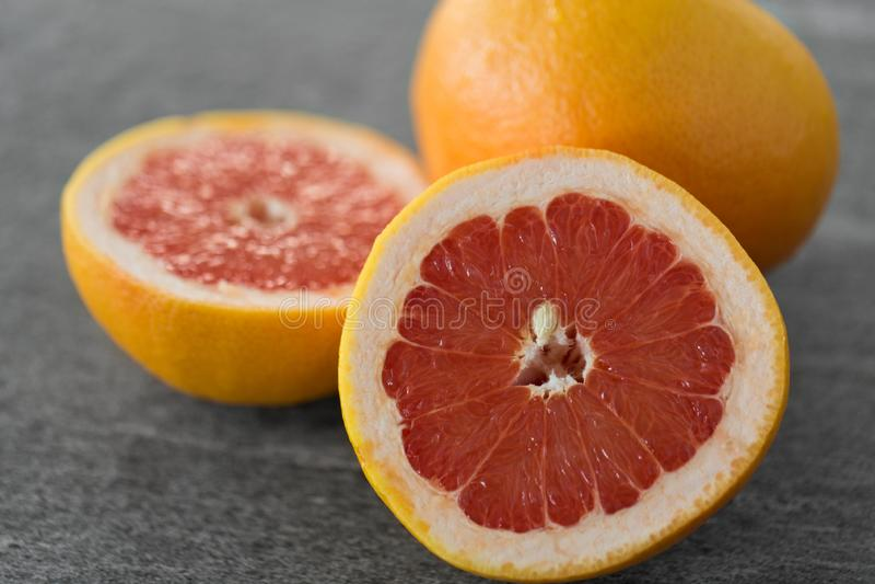 Закройте вверх свежих сочных грейпфрутов стоковое изображение rf
