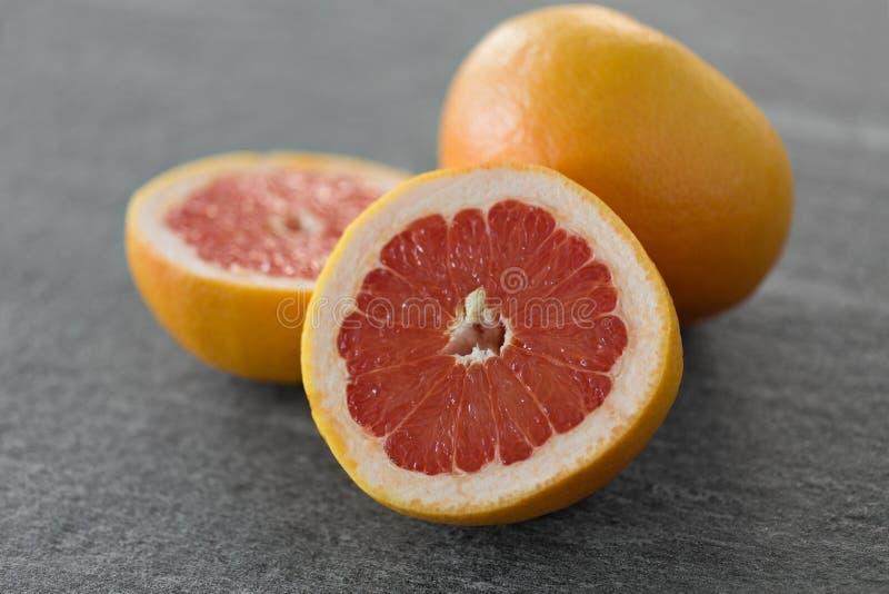 Закройте вверх свежих сочных грейпфрутов стоковые изображения
